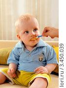 Маленький мальчик кушает пюре с ложки (2012 год). Редакционное фото, фотограф Емельянова Карина / Фотобанк Лори