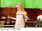 Купить «Домохозяйка в фартуке готовит на кухне», фото № 3451567, снято 24 марта 2012 г. (c) Алексей Сергеев / Фотобанк Лори
