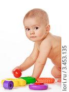 Купить «Маленький ребенок с пластиковыми игрушками на белом фоне», фото № 3453135, снято 6 апреля 2012 г. (c) Олег Селезнев / Фотобанк Лори