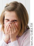 Девочка смеётся  закрыв лицо руками. Стоковое фото, фотограф Игорь Низов / Фотобанк Лори