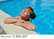 Симпатичная молодая девушка у края бассейна с закрытыми глазами. Стоковое фото, фотограф Владимир Логутенко / Фотобанк Лори