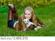 Красивая девушка лежит на траве с маленькой собачкой. Стоковое фото, фотограф Владимир Логутенко / Фотобанк Лори