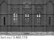 Кирпичная стена с тремя узкими окнами. Стоковое фото, фотограф Олеся Довженко / Фотобанк Лори