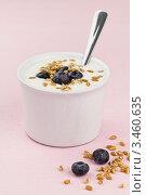 Диетический завтрак. Питьевой йогурт с проростками пшеницы и голубикой. Стоковое фото, фотограф Ирина Завьялова / Фотобанк Лори