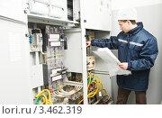 Купить «Электромонтажник осматривает кабели электросети в распределительных щитах», фото № 3462319, снято 15 марта 2012 г. (c) Дмитрий Калиновский / Фотобанк Лори