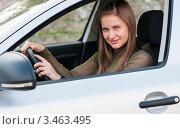 Купить «Девушка водитель сидит за рулём автомобиля», эксклюзивное фото № 3463495, снято 22 апреля 2012 г. (c) Игорь Низов / Фотобанк Лори