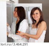 Купить «Две девушки возле раскрытого холодильника», фото № 3464291, снято 16 ноября 2011 г. (c) Яков Филимонов / Фотобанк Лори