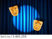 Две золотые театральные маски на фоне синего занавеса в свете софитов. Стоковое фото, фотограф Elnur / Фотобанк Лори