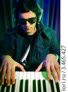 Купить «Диджей играет на синтезаторе», фото № 3465427, снято 11 февраля 2012 г. (c) Elnur / Фотобанк Лори