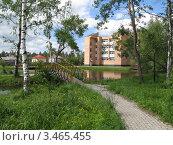 Кирпичный дом, мост и озеро в летний день. Стоковое фото, фотограф Павел Фесенко / Фотобанк Лори