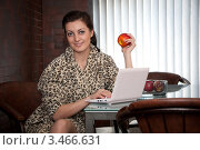 Красивая девушка завтракает на кухне с ноутбуком. Стоковое фото, фотограф Артеменко Арина / Фотобанк Лори