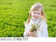 Улыбающаяся девочка с веточками ивы. Стоковое фото, фотограф Майя Крученкова / Фотобанк Лори