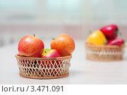 Купить «Яблоки в плетеной вазе», фото № 3471091, снято 21 октября 2011 г. (c) BestPhotoStudio / Фотобанк Лори