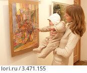 Купить «Молодая мама показывает младенцу картину на выставке», фото № 3471155, снято 15 марта 2012 г. (c) Ирина Борсученко / Фотобанк Лори