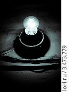 Лампочка светит  в темноте. Стоковое фото, фотограф Александр Петров / Фотобанк Лори