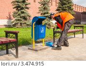 Купить «Рабочий маляр красит урны для мусора», эксклюзивное фото № 3474915, снято 25 апреля 2012 г. (c) Игорь Низов / Фотобанк Лори