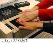 Дактилоскопия - снятие биометрических показателей (отпечатков пальцев) (2012 год). Редакционное фото, фотограф Юрий Пирогов / Фотобанк Лори