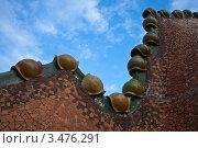 Купить «Фрагмент декорированной крыши дома Casa Batllo в Барселоне. Архитектор Антонио Гауди», фото № 3476291, снято 22 ноября 2011 г. (c) Victoria Demidova / Фотобанк Лори