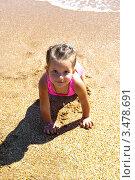 Портрет маленькой девочки на песочном пляже. Стоковое фото, фотограф Емельянова Карина / Фотобанк Лори