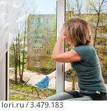 Женщина моет окно дома. Стоковое фото, фотограф Игорь Низов / Фотобанк Лори