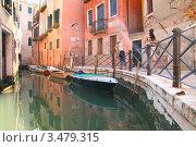 Венеция, лодки у набережной канала (2007 год). Стоковое фото, фотограф Иван Михайлов / Фотобанк Лори