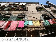Стена старого обшарпанного здания с мокрым бельем на веревке (2007 год). Стоковое фото, фотограф Иван Михайлов / Фотобанк Лори
