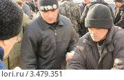 Купить «Бездомные получают еду от церкви, Уфа», видеоролик № 3479351, снято 1 марта 2012 г. (c) Mikhail Erguine / Фотобанк Лори