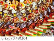 Купить «Пирожные на банкетном столе», фото № 3480951, снято 31 декабря 2011 г. (c) Яков Филимонов / Фотобанк Лори
