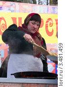 Купить «Женщина на Масленицу жарит и подаёт блины», фото № 3481459, снято 26 февраля 2012 г. (c) Олег Велигданов / Фотобанк Лори