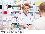 Купить «Продавец-фармацевт и покупатель в аптеке», фото № 3482483, снято 5 марта 2012 г. (c) Raev Denis / Фотобанк Лори