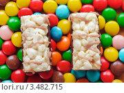 Купить «Два пирожных на разноцветных конфетах-монпансье», фото № 3482715, снято 13 ноября 2011 г. (c) BestPhotoStudio / Фотобанк Лори