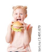 Купить «Девочка с гамбургером», фото № 3491679, снято 15 июля 2011 г. (c) Майя Крученкова / Фотобанк Лори