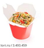 Яичная лапша с овощами и свининой в коробке на вынос. Стоковое фото, фотограф Лисовская Наталья / Фотобанк Лори