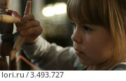 Девочка играет с куклой. Стоковое видео, видеограф Павел Меняйло / Фотобанк Лори
