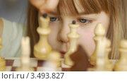 Девочка рассматривает шахматы. Стоковое видео, видеограф Павел Меняйло / Фотобанк Лори