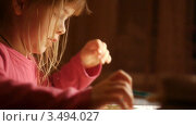 Девочка делает домашнюю работу. Стоковое видео, видеограф Павел Меняйло / Фотобанк Лори