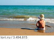 Маленькая девочка сидит на песчаном пляже у моря. Стоковое фото, фотограф Емельянова Карина / Фотобанк Лори