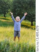Счастливый мальчик стоит в летнем лесу, подняв руки вверх. Стоковое фото, фотограф Хромушин Тарас / Фотобанк Лори