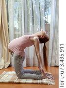 Купить «Беременная женщина дома делает гимнастику», фото № 3495911, снято 10 марта 2012 г. (c) Михаил Иванов / Фотобанк Лори