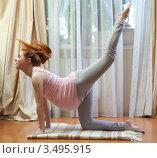Купить «Беременная женщина выполнят упражнение», фото № 3495915, снято 10 марта 2012 г. (c) Михаил Иванов / Фотобанк Лори
