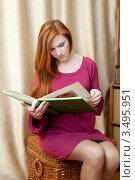 Купить «Беременная женщина смотрит фотоальбом», фото № 3495951, снято 10 марта 2012 г. (c) Михаил Иванов / Фотобанк Лори