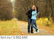 Влюбленная пара стоит на дорожке в осеннем парке. Стоковое фото, фотограф Хромушин Тарас / Фотобанк Лори