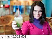 Девушка с бокалом мохито в руке сидит в кафе. Стоковое фото, фотограф Хромушин Тарас / Фотобанк Лори