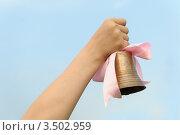 Купить «Рука держит бронзовый колокольчик с розовой лентой», фото № 3502959, снято 5 мая 2012 г. (c) Сергей Галушко / Фотобанк Лори