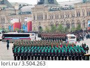 Купить «Российские войска входят на Красную площадь для участия в параде в честь Дня Победы 9 мая 2012 года, Москва», эксклюзивное фото № 3504263, снято 9 мая 2012 г. (c) Николай Винокуров / Фотобанк Лори