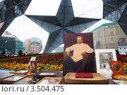 Купить «Портрет Сталина в центре Лубянской площади города Москвы во время проведения митинга КПРФ 9 мая, Россия», эксклюзивное фото № 3504475, снято 9 мая 2012 г. (c) Николай Винокуров / Фотобанк Лори