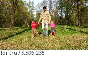 Купить «Отец гуляет с детьми в парке», видеоролик № 3506235, снято 27 июля 2008 г. (c) Losevsky Pavel / Фотобанк Лори
