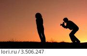 Купить «Мужчина снимает женщину на закате», видеоролик № 3506247, снято 27 июля 2008 г. (c) Losevsky Pavel / Фотобанк Лори