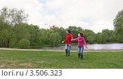 Купить «Пара запускает воздушного змея», видеоролик № 3506323, снято 14 сентября 2008 г. (c) Losevsky Pavel / Фотобанк Лори