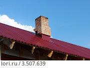 Часть крыши с кирпичной трубой на фоне голубого неба. Стоковое фото, фотограф Попова Ольга / Фотобанк Лори